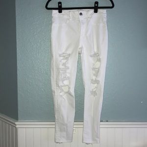 AMERICAN EAGLE WHITE RIPPED JEANS